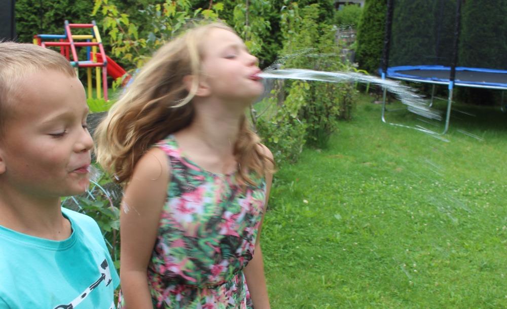 Spiel Wasserspucken Mama Macht Spaß
