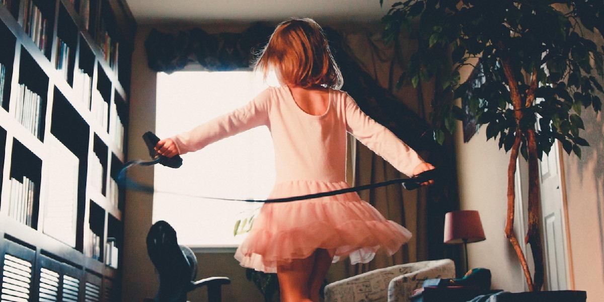 Mädchen im rosa Tütü mit Hüpfseil