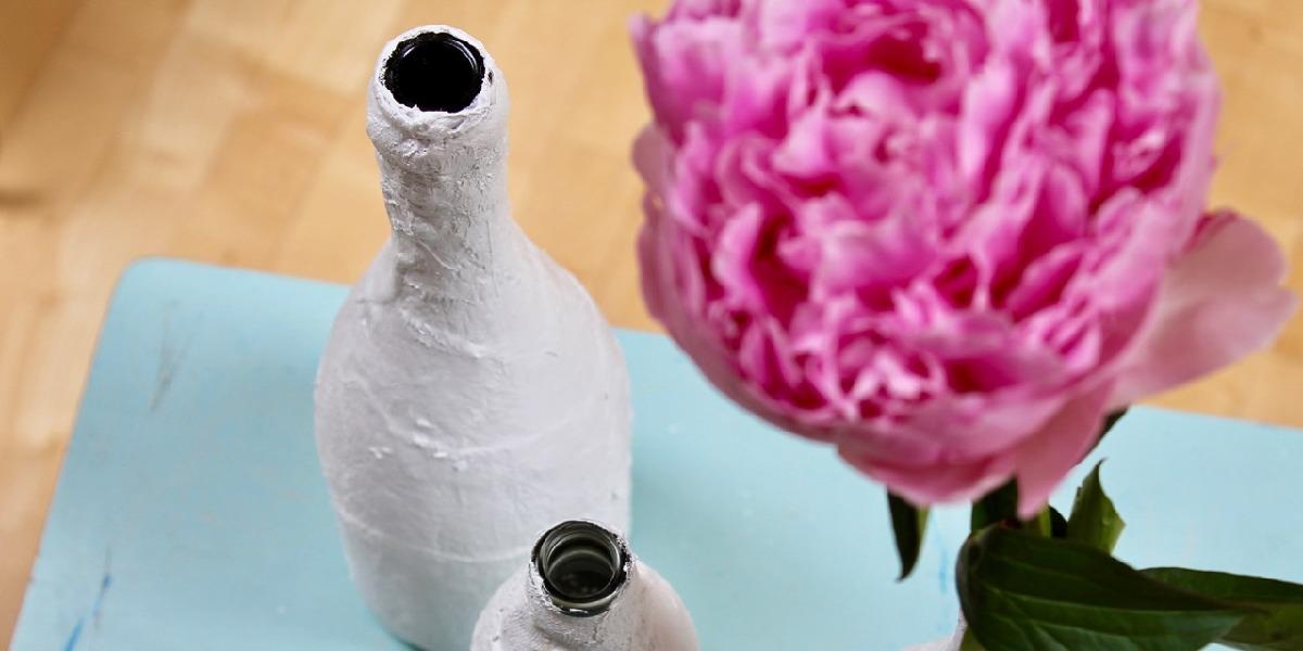 Vase aus Gips und Flaschen mit Pfingstrose