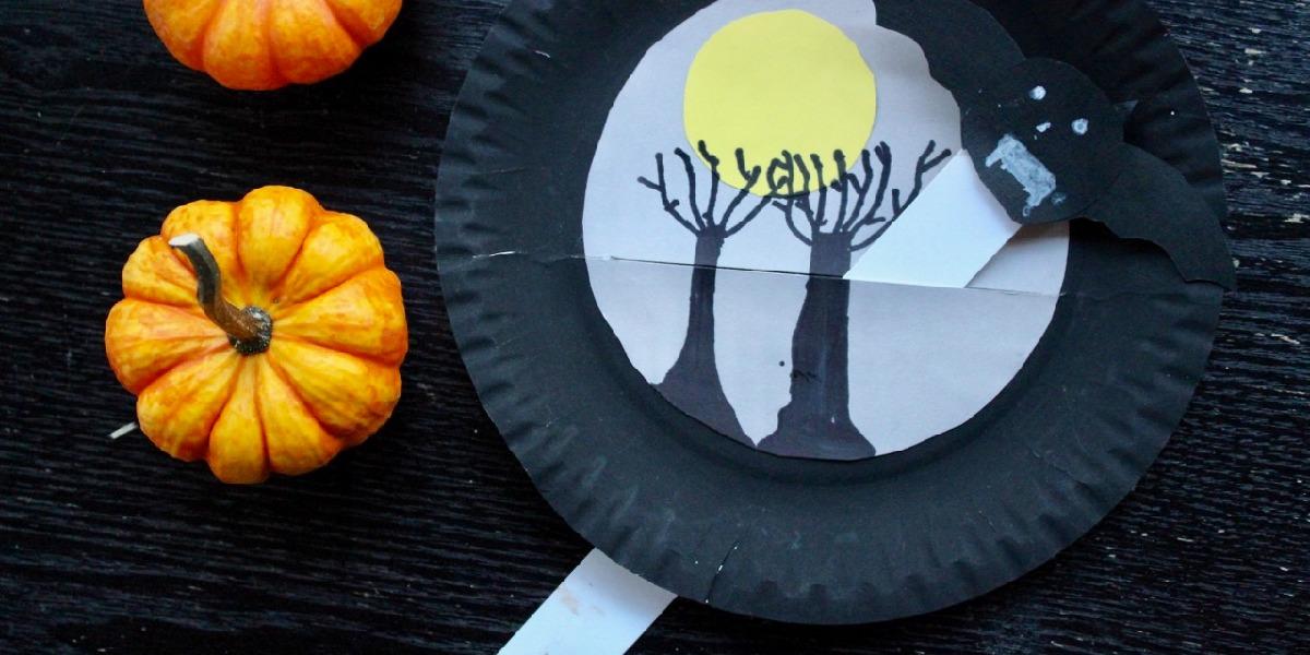 Teller mit Fledermaus-Figur für Halloween