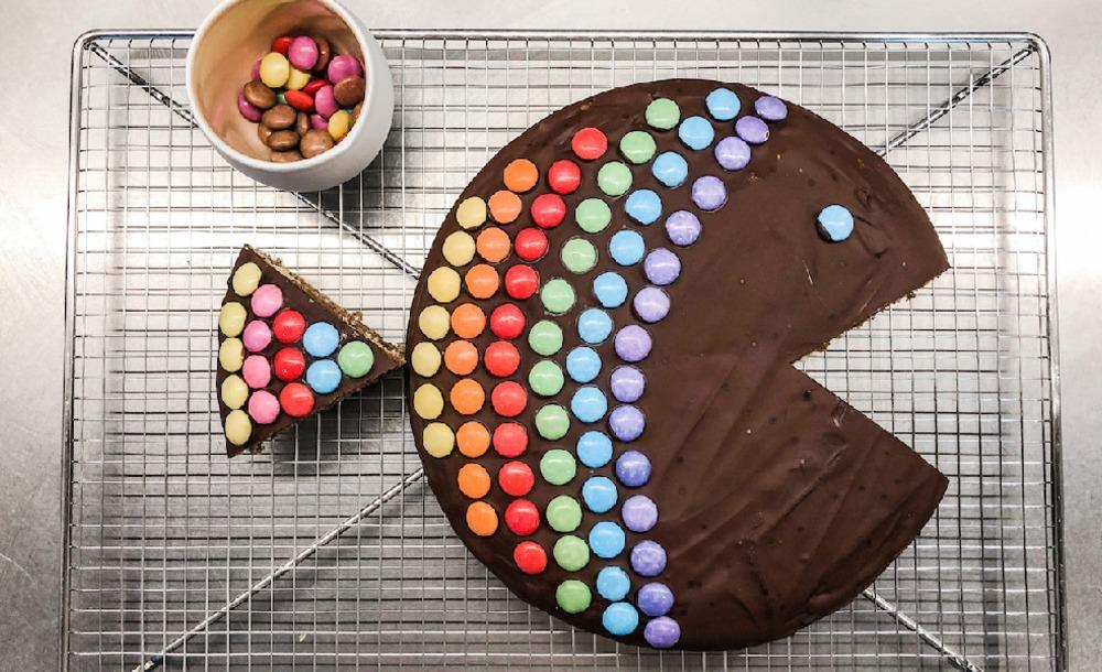 Bunter Regenbogenfisch-Kuchen auf einem Kuchengitter